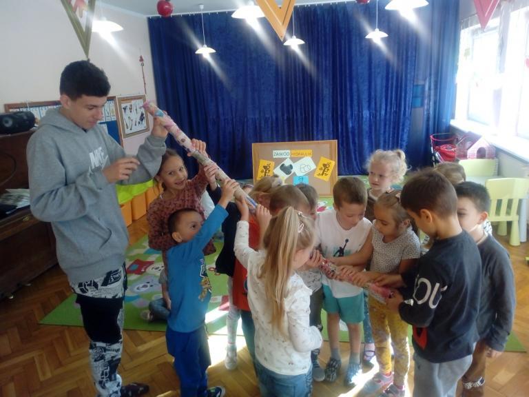 Hydraulicy z 11-19 Hufca Pracy w Słupsku z przedszkolakami