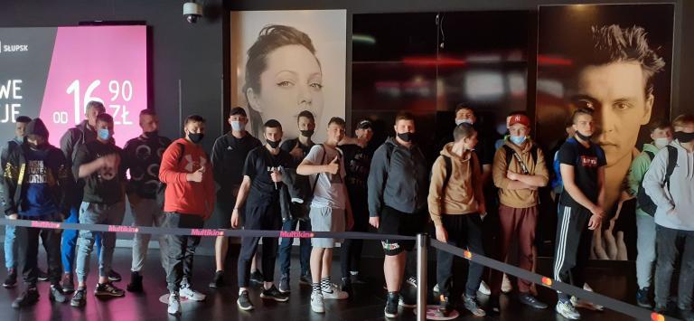 Wyjście integracyjne do kina młodzieży ze słupskiego hufca