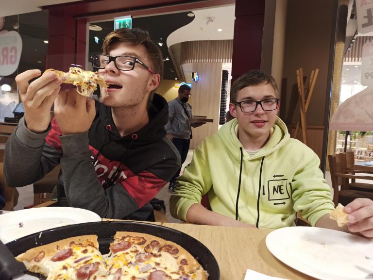 Wakacyjne wyjście do kina i na pizzę